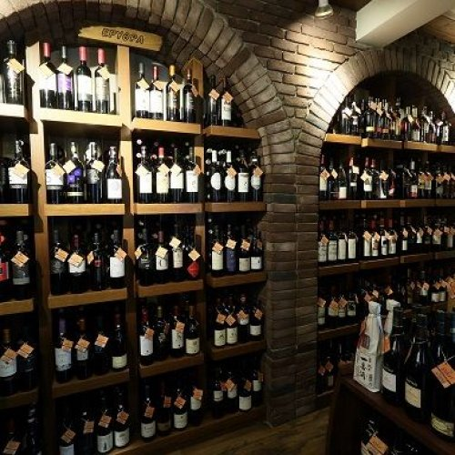 c2375cda4a6 Η Cava Rokos ήρθε να καλύψει την έλλειψη ολοκληρωμένων υπηρεσιών στο χώρο  της εμπορίας ποτών, προσφέροντας τη μεγαλύτερη ποικιλία σε ποτά, αξεσουάρ,  είδη ...